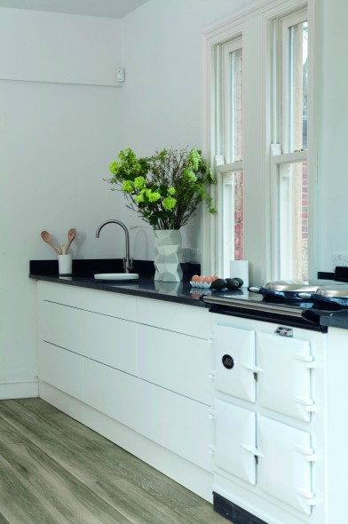 impermo taupekleurig keramisch parket met natuurgetrouw houtreliëf in landelijke keuken